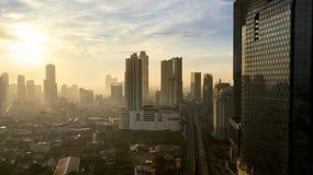 Hauts bâtiments et logement au temps de coucher du soleil Image stock