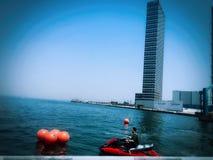 Hauts bâtiments près du bord de la mer photos stock