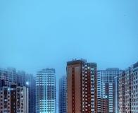 Hauts bâtiments résidentiels la nuit Image stock