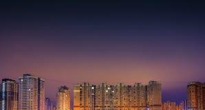 Hauts bâtiments résidentiels la nuit Photo libre de droits