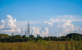 Hauts câbles de puissance et d'électricité de transmission Photo stock