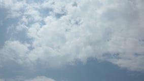 Hauts cieux bleus nuageux de laps de temps de définition banque de vidéos
