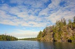 Hauts nuages au-dessus de pays de canoë Image stock