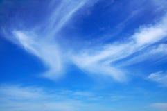 Hauts nuages dans le ciel Images stock