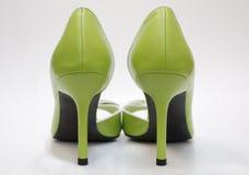 Hauts talons verts, arrière Images stock