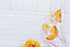 Hauts verres de vin principaux de cocktail et orange coupée en tranches photo stock