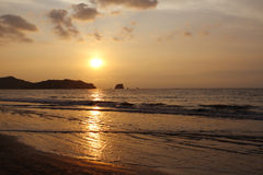 hav över Stillahavs- solnedgång Kustseascape Arkivfoton
