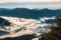 Hav av dimma på bergen Fotografering för Bildbyråer