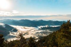 Hav av mist i bergen på soluppgång Arkivbilder
