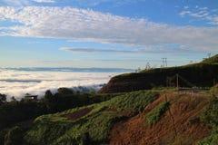 Hav av mist och solnedgången på berget Arkivbild