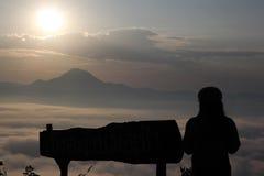 Hav av mist och solnedgången på berget Arkivfoton