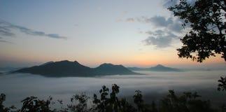 Hav av mist och solnedgången på berget Fotografering för Bildbyråer