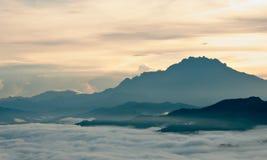 Hav av moln på foten av ett berg Fotografering för Bildbyråer