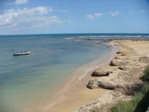 Hav av Sicilienet med en strand, ett litet fartyg och ofantligheten av havet Marzameni sicily italy Royaltyfria Bilder