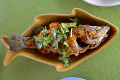 Hav Bass Deep Fried med Sweet&Spicy toppning fotografering för bildbyråer