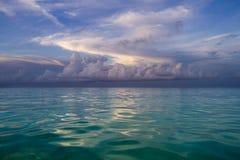 hav 3d framför platsskyen Arkivbild