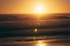 hav 3d framför solnedgång arkivfoto