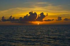 hav 3d framför solnedgång Arkivbild