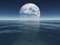 Hav eller hav av den främmande världen eller jord med den terraformed månen Royaltyfri Fotografi