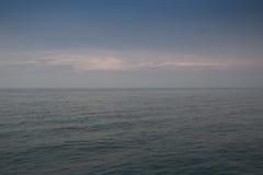 Hav eller hav och aftonhimmel Royaltyfri Bild