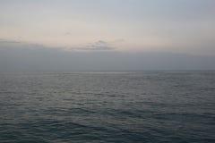 Hav eller hav och aftonhimmel Arkivfoto