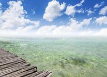 Hav eller hav och en träpir Arkivbild