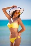 Hav för baddräkt för brunettkvinnaguling fotografering för bildbyråer