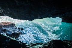 Hav för grottaparadisblått och himmelavkopplingparadis på strandturism Royaltyfri Fotografi