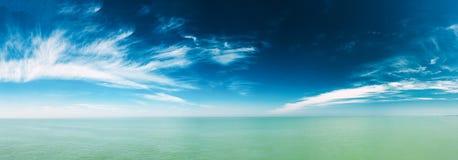 Hav för lugna hav och blå himmel med vitmolnbakgrund försiktigt Arkivbild