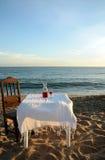 Hav för sandig strand för tabell för rött vin vitt Arkivfoton