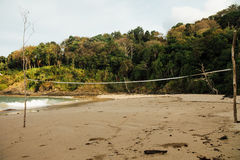Hav för sandig strand på en tropisk skogbakgrund Volleyboll förtjänar på den sandiga stranden Royaltyfri Bild
