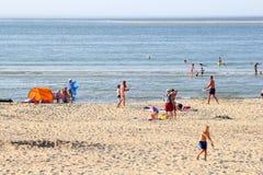 Hav för strand för familjfolk vitt, Renesse, Nederländerna Royaltyfria Bilder