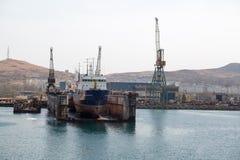 Hav-hantverk, skeppsdockor och portkranar Royaltyfri Fotografi