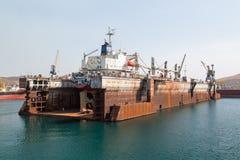 Hav-hantverk, skeppsdockor och portkranar Arkivfoto
