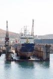 Hav-hantverk, skeppsdockor och portkranar Royaltyfria Bilder