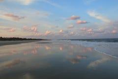 Hav & himmel med molnreflexioner Arkivbilder