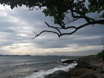 Hav himmel, soluppgång, strand, hav, strand, berg, hav, härligt landskap, Thailand, Khao Laem Ya, Rayong Royaltyfria Bilder