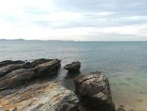Hav himmel, soluppgång, strand, hav, strand, berg, hav, härligt landskap, Thailand, Khao Laem Ya, Rayong Royaltyfria Foton