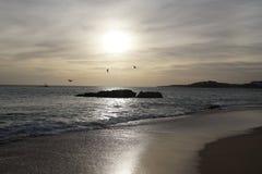 Hav i aftonen Solnedgång över vågorna Moln och ljusa färger av aftonhimlen arkivfoton