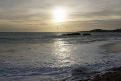 Hav i aftonen Solnedgång över vågorna Moln och ljusa färger av aftonhimlen arkivfoto