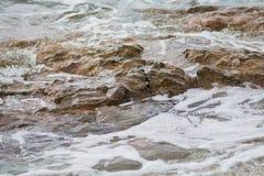 Hav i Cornwall i dagen, vågor som sveper på till den steniga kusten Arkivfoto
