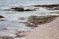 Hav i Cornwall i dagen, vågor som sveper på till den steniga kusten Royaltyfri Bild