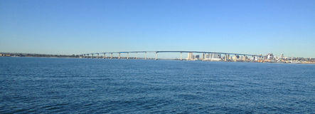 Hav i San Diego, Kalifornien med den Coronado bron i bakgrunden Arkivbilder