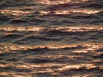 Hav i solnedgången Chokladvågor Skenet på vattnet Arkivfoton
