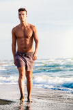 Hav i sommar Man som går på kusten royaltyfri bild