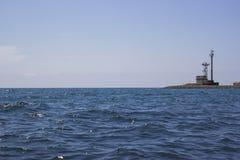 Hav, klar himmel och strandhus royaltyfri bild