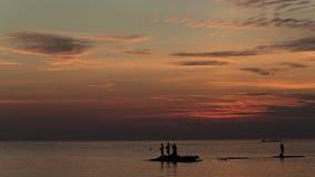 Hav landskap på solnedgången Konturer av fiskare Arkivfoto