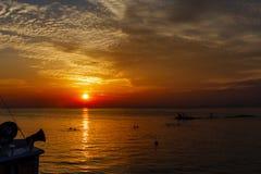 Hav landskap på solnedgången Konturer av fiskare och fiske Royaltyfria Bilder