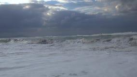 Hav med höga vågor och moln arkivfilmer