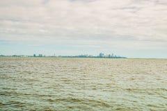 Hav med pattaya stadsbakgrund på dagsljus Arkivbild